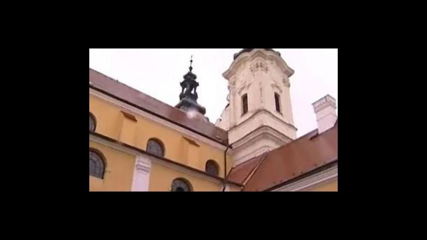 Video Dnes začaly práce na opravě zřícené římsy uherskohradišťského kostela