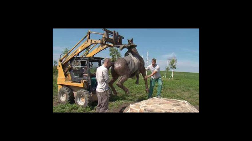 Video Převoz sochy koně do Kovalovic