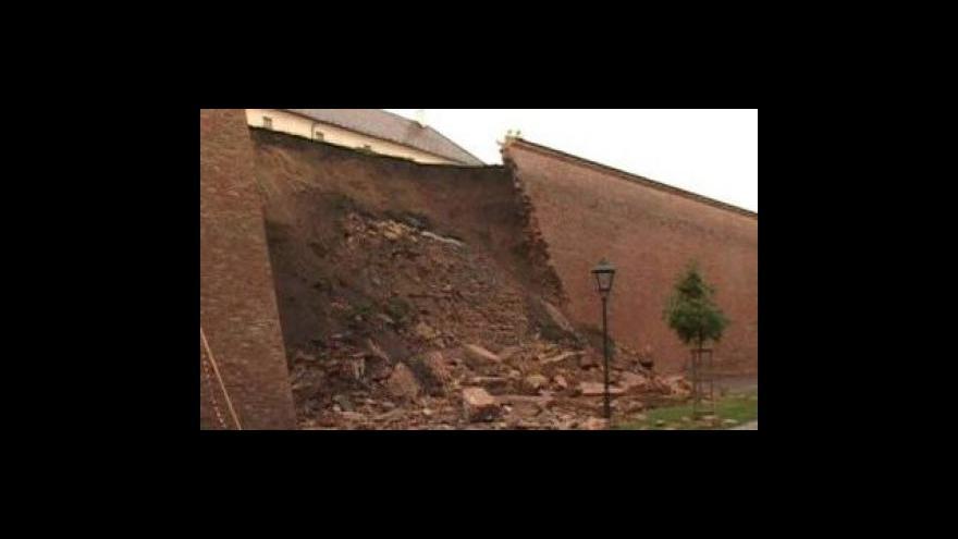 Video Na Špilberku začaly bagry odstraňovat spadlé hradby