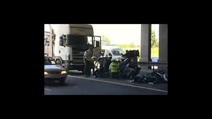Video Dopravní nehoda kamionu a tří osobních aut si vyžádala jeden lidský život