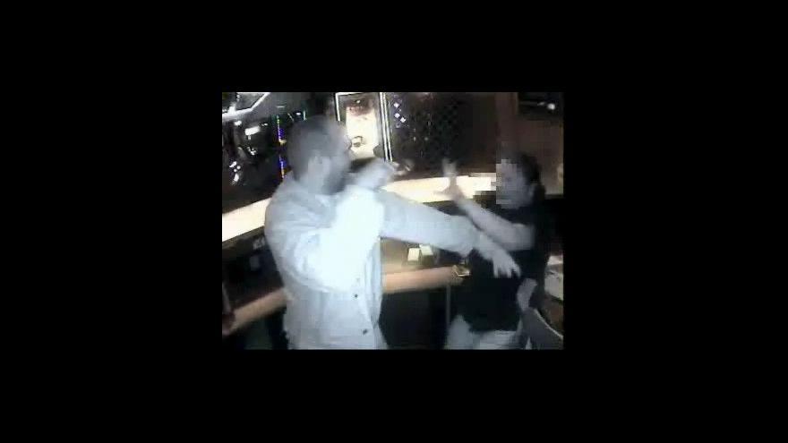 Video Barmanka popisuje přepadení