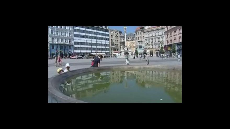Video Kašna na náměstí Svobody opět plná špinavé vody