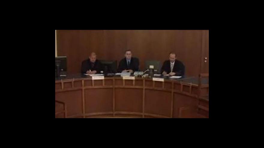 Video Bez komentáře: Soud s muži, kteří ubili domnělého zloděje bagru