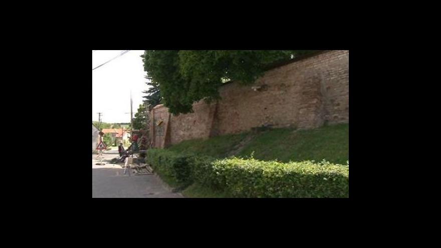 Video Dambořice opravují zeď u kostela, hrozilo zřícení