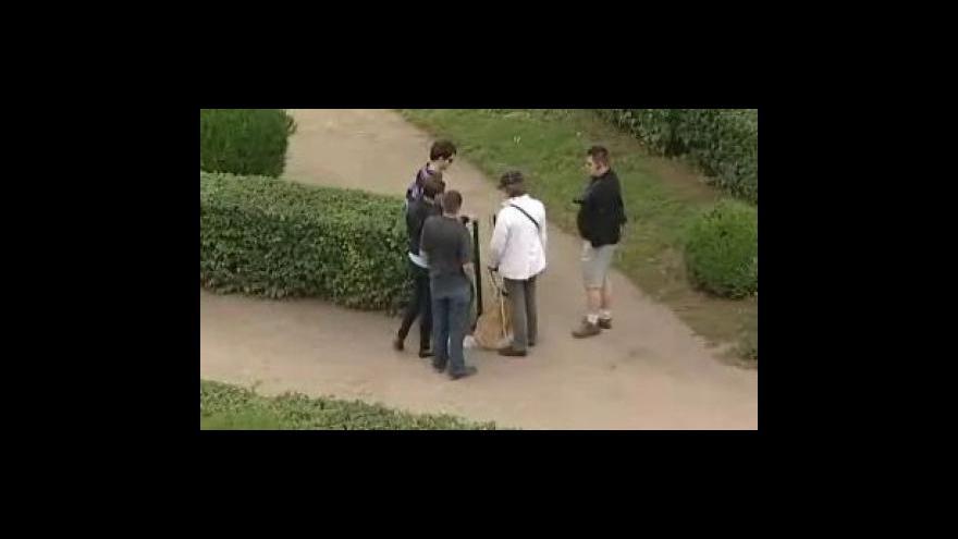 Video Bez komentáře: Nevidomí si v kroměřížské Květné zahradě vyzkoušeli nový naváděcí a informační systém