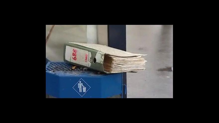 Video V centru Brna se našel na popelnici policejní spis