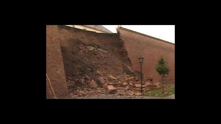 Video Bez komentáře: Na Špilberku spadla část hradeb