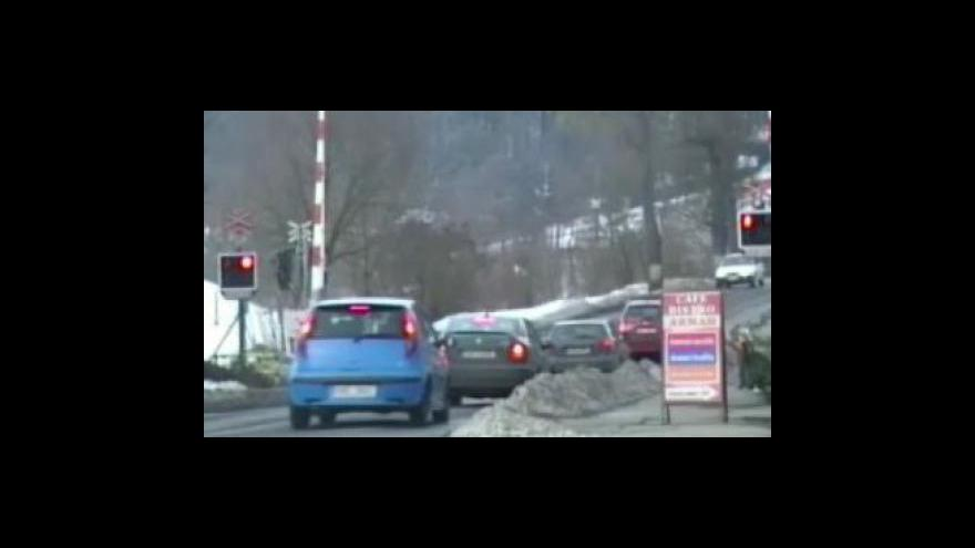 Video Policejní záběry řidičů přejíždějících koleje na červenou
