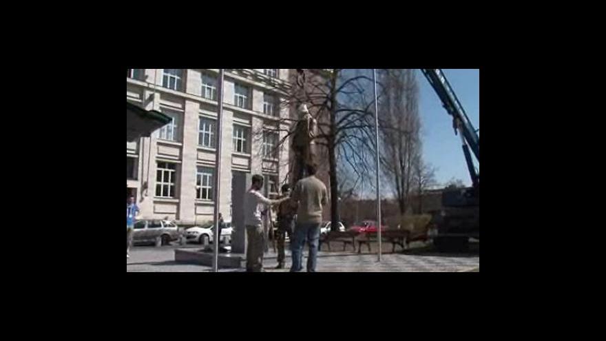 Video Instalování sochy E. Beneše před Právnickou fakultou