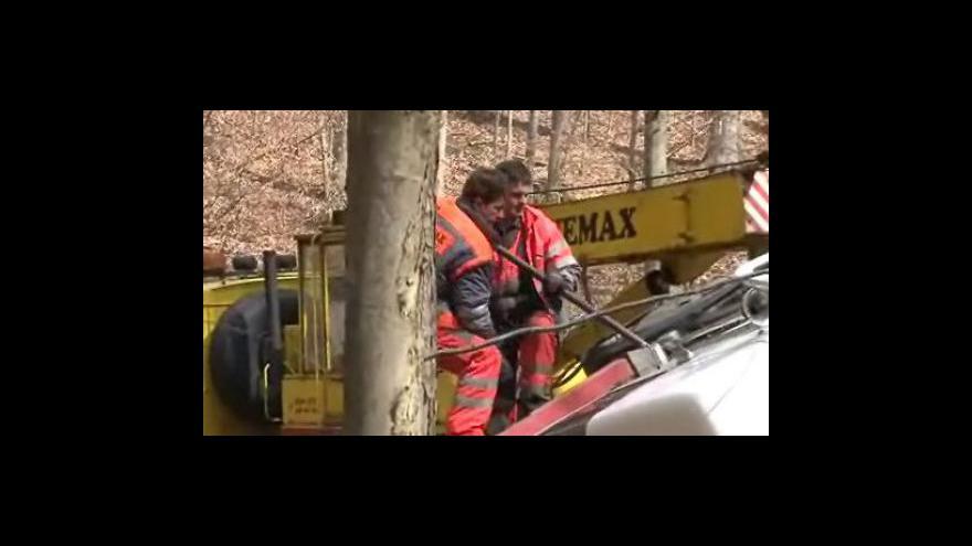Video vyprošťování převráceného kamionu