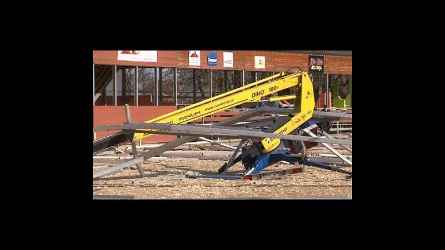Video NO COMMENT - Dva muže zasypala železná konstrukce haly