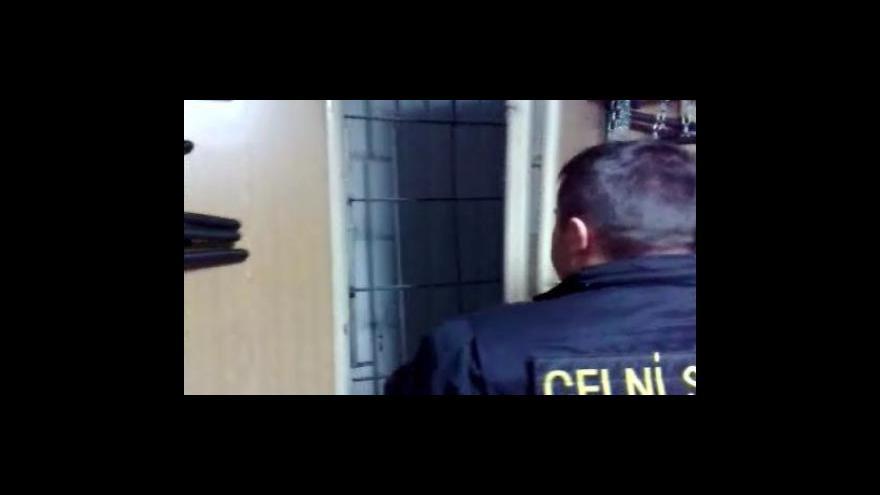 Video Celníci odhalili skrýš s padělky