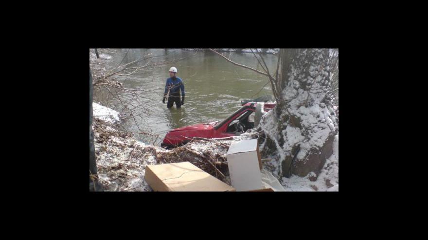 Video Řidička skončila s autem ve Svitavě (záběry z mobilního telefonu)