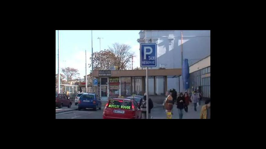 Video Reakce taxikářů na situaci kolem parkování u brněnského nádraží