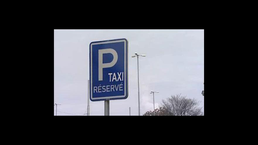 Video Brněnští taxikáři bojují o místa před nádražím