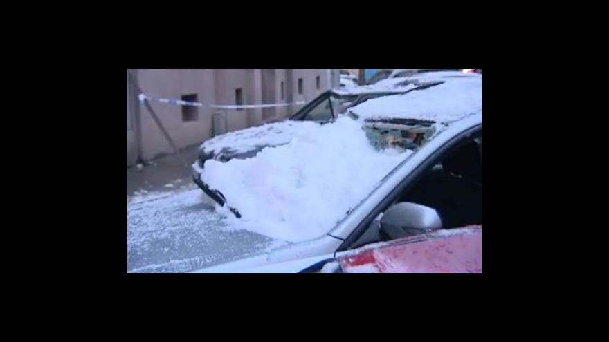 Video Sníh ze střechy zničil auta v centru Brna