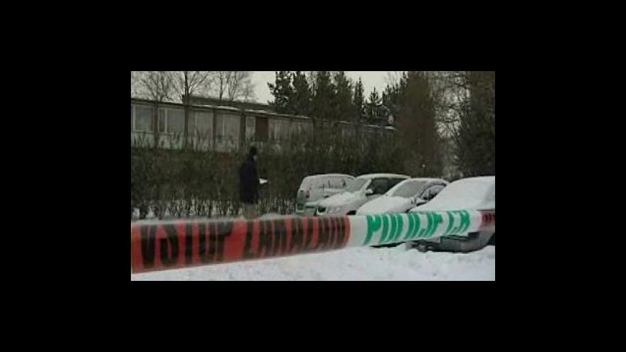 Video V zaparkovaném autě seděl mrtvý muž