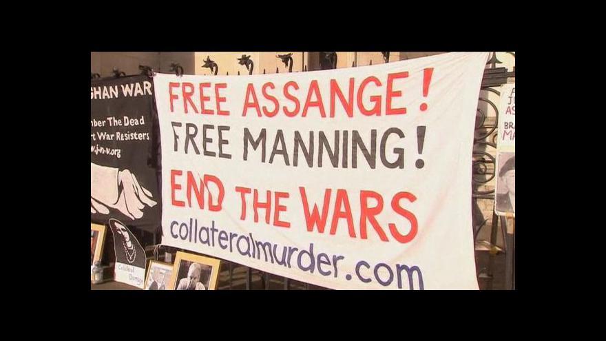 Video Soud se přiklonil k vydání Assange