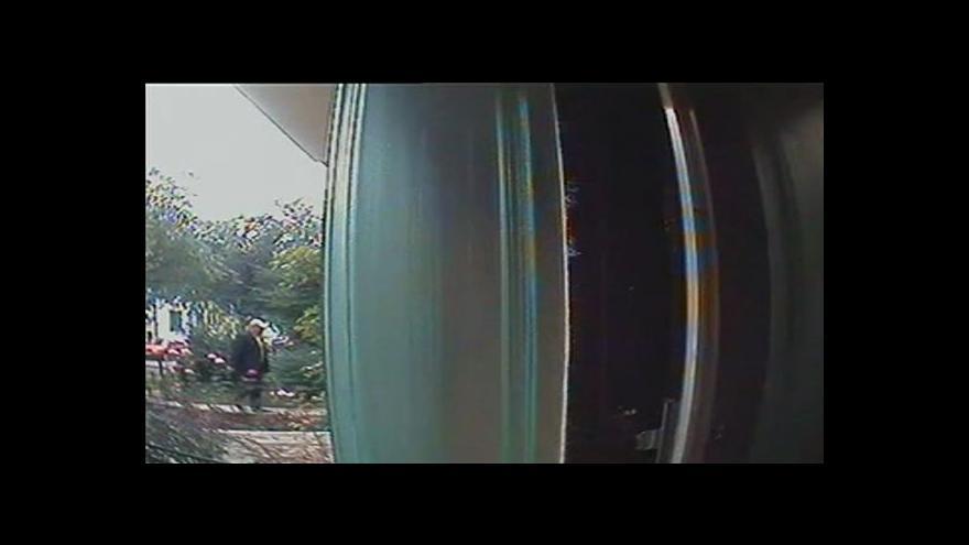 Video Záznam z průmyslové kamery, na níž je vidět zloděj okrádající seniory
