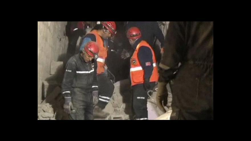 Video Lidem postiženým zemětřesením dochází trpělivost