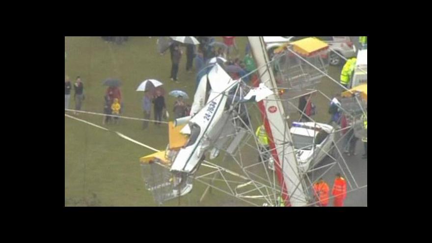 Video Záchranáři vyprošťují posádku letadla, které narazilo do ruského kola