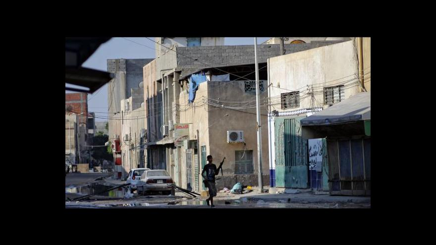 Video NATO a povstalci útočí na Kaddáfího komplex