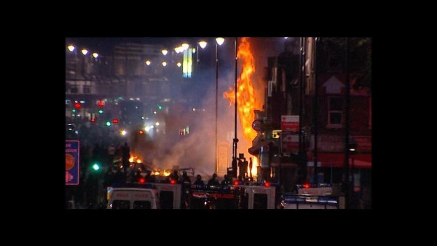 Video Británie zažila třetí noc násilí a drancování