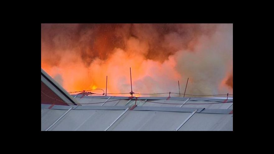 Video Hasiči likvidovali požár továrny