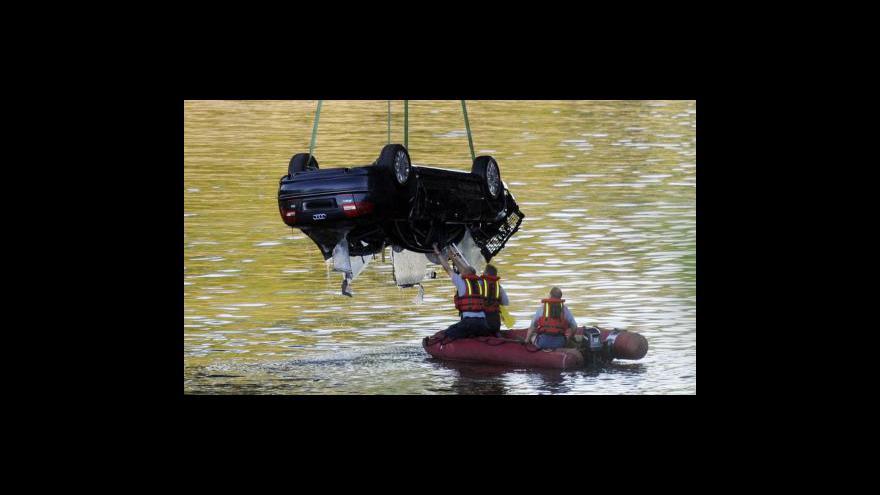 Video Vůz, který spadl do Vltavy, patřil policii