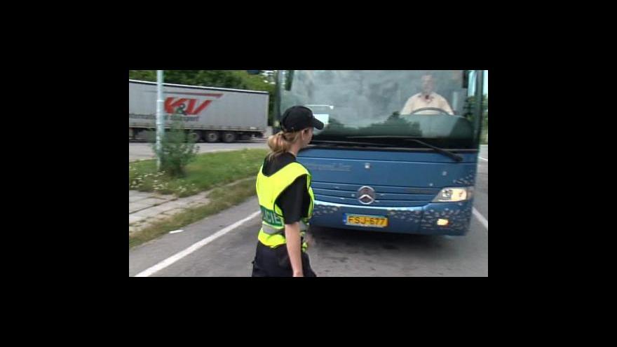 Video Policie kontrolovala technický stav autobusů