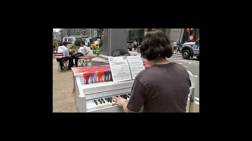 Video V ulicích New Yorku si můžete zahrát na klavír