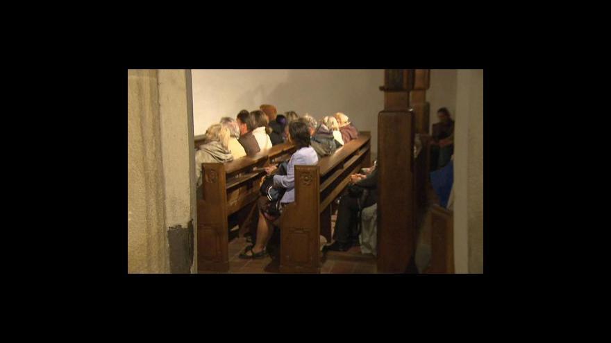 Video V noci se otevřely dveře kostelů