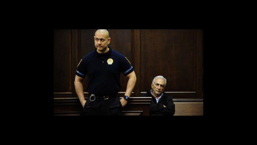 Video Sperma Strausse-Kahna objeveno na šatech pokojské