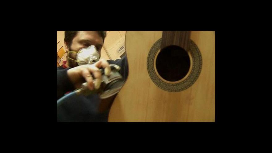 Video Výroba kytar ve Španělsku