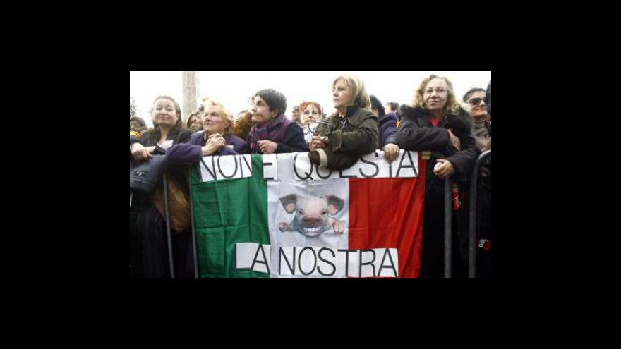Video Berlusconiho sexuální skandál před soudem