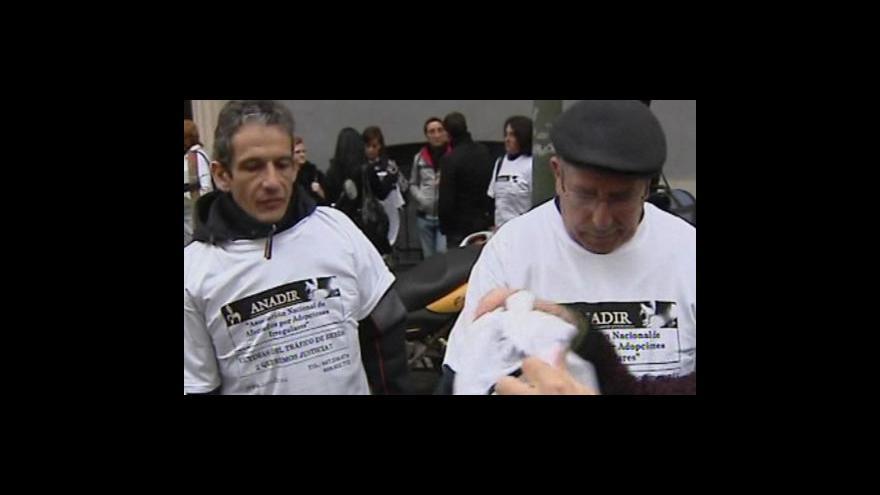 Video Španělskem otřásá skandál kolem nezákonné adopce