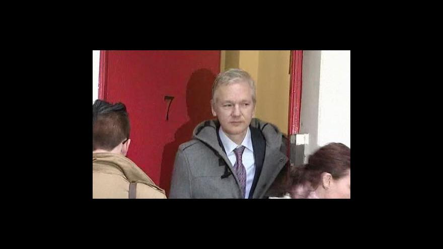Video Assange opět u soudu