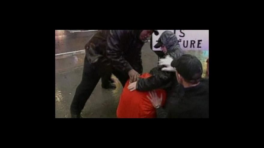 Video Bush se brání obžalobě ze schvalování mučení