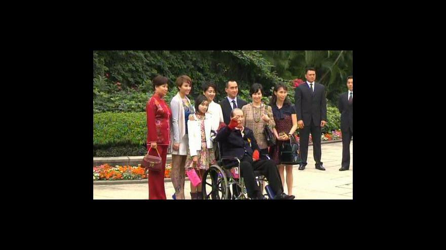 Video Stanley Ho se utká u soudu s rodinou