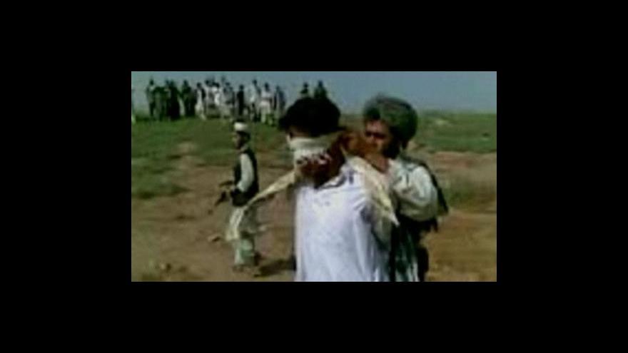 Video Záběry z ukamenování dvojice