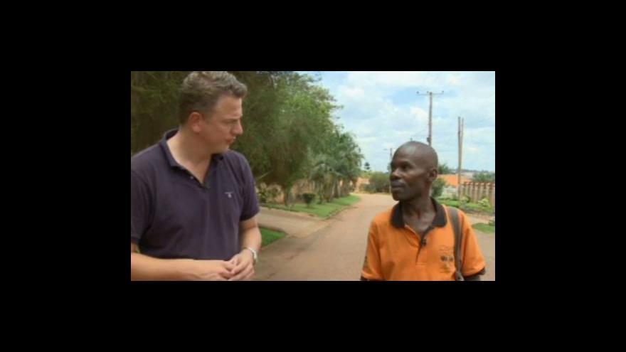Video V Ugandě ubit homosexuál