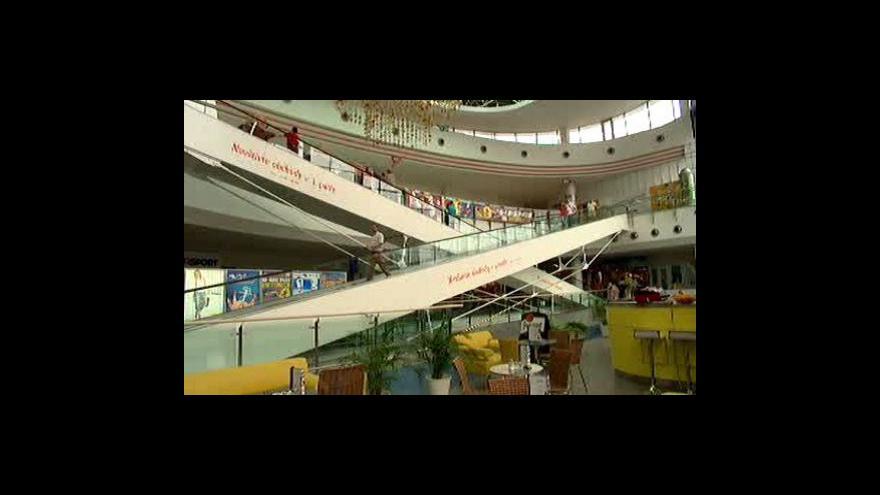 Video Češi letos utrácet za Vánoce nehodlají