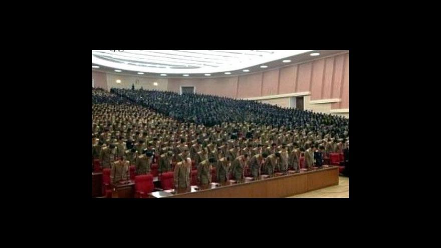 Video První zveřejněné televizní záběry Kim Čong-una