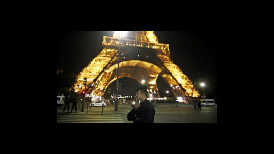 Video Eiffelova věž a nádraží byly evakuovány