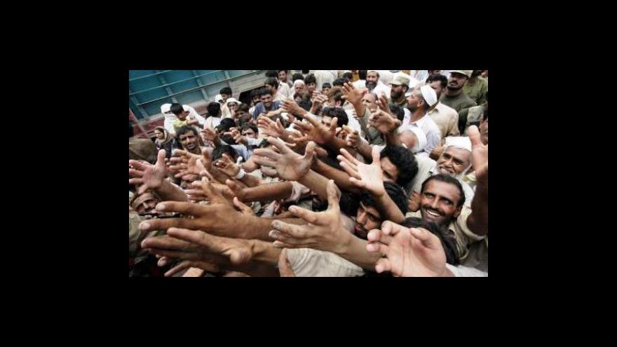 Video Do Pákistánu dorazila první zahraniční pomoc