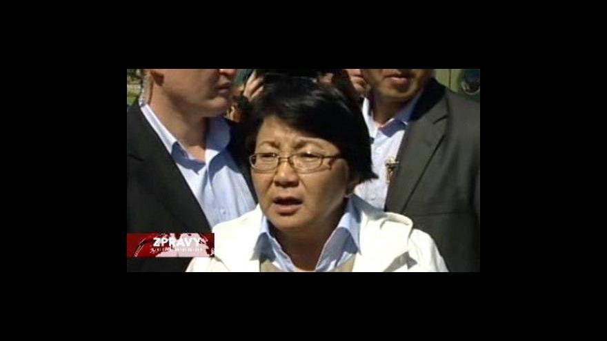 Video Rosa Otumbajevová přiletěla do Oši