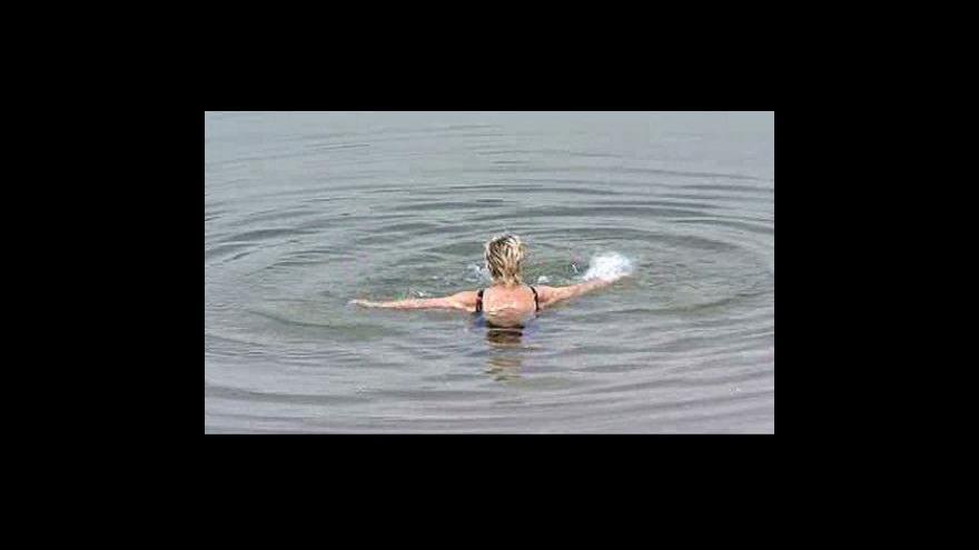 Video Lidé se ochlazují u bazénů či rybníků