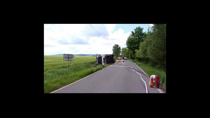 Video Náklaďák s chemikáliemi zablokoval silnici na Benešovsku