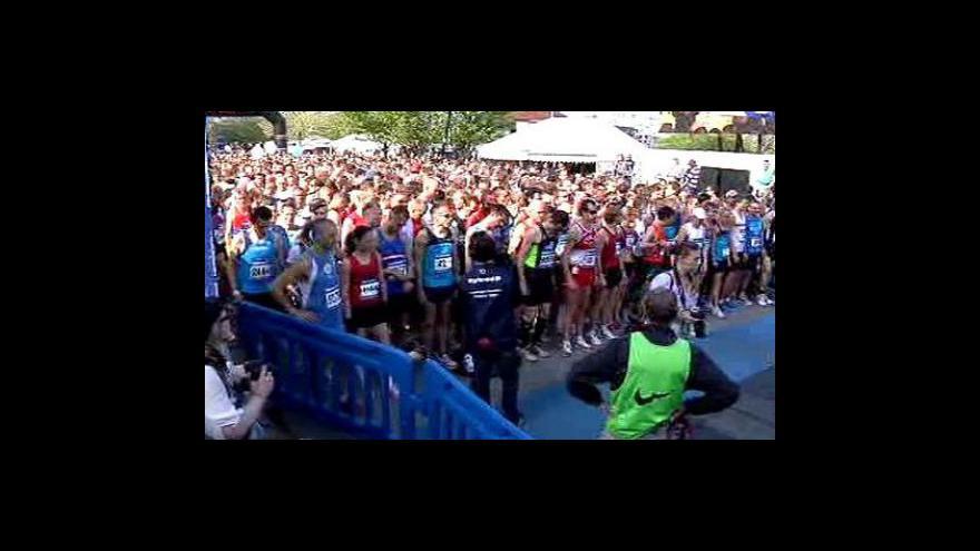 "Video Ted McDonald a jeho \""bosý maraton\"""