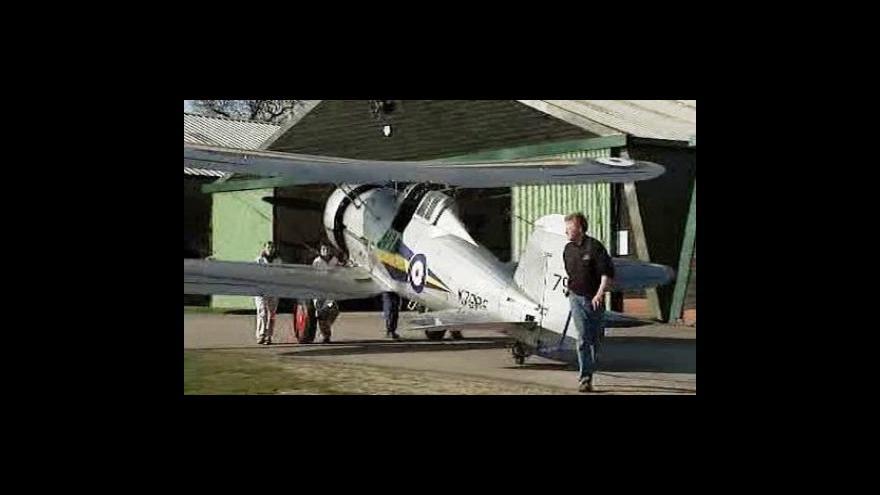 Video Mladý mechanik opravuje válečné letouny